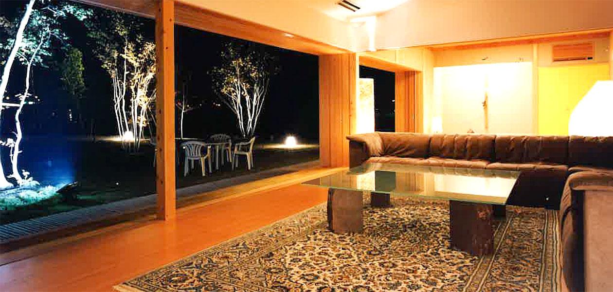 高松の家 夜の室内