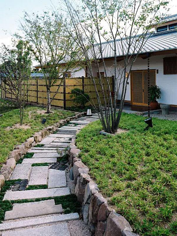 高松の家 エントランスへのアプローチ
